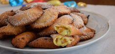 """CASSATELLE DI CARNEVALE sono dolci di #Carnevale tradizionali Siciliani, tipici di Calatafimi (Trapani), dove sono nati intorno al 1700, in occasione delle festività di carnevale. Chiamati """"cappidduzzi"""" a Marsala o """"raviola"""" a Mazara del Vallo e """"cassateddi"""" in altre parti. Ravioli dolci fritti ripieni di ricotta di pecora, zucchero, cannella e gocce di cioccolato.#CarnevaliLuigi https://www.facebook.com/IlBuongustaioCurioso/"""