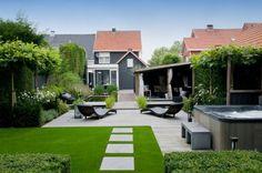 Super clean landscaping. tuinideeen | Grijze composiet planken en kunstgras