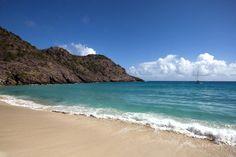 Pouco conhecidas, praias no Caribe preservam beleza rara:   1 - Gouverneur, em Saint-Barthélemy é uma praia isolada na costa sul, ideal para quem está em busca de sossego e de privacidade. Foto: Shutterstock.