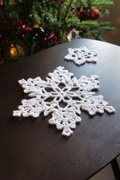 Floco de neve de crochê    Floco de neve de crochê   Com a chegada do natal, sempre queremos decorar nossa casa com uma linda arvore de nat...