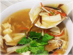 【素食湯料理】榨菜酸辣湯。冷冷的天 來碗酸辣湯~心都暖了! 如果當配上素餃子 絕配呀~