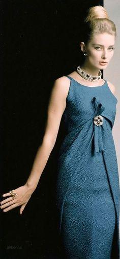 Tania Mallet in Christian Dior, Photo by Eugene Vernier, Vogue UK, 1962 Moda Vintage, Moda Retro, Vintage Mode, Vintage Dior, Vintage Couture, Vintage Glamour, Vintage Hats, Vintage Style, 1960s Fashion