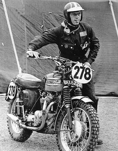 #278 Steve McQueen pushing his clean triumph to the start of a days riding ISDT 1964 (François Gragnon)