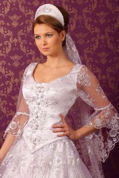 magyaros menyasszonyi ruha csipkével díszítve, hagyományos viselet.