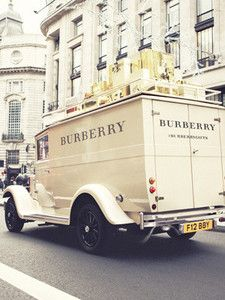Christmas Inspiration 'Tis The Season: Burberry & London. I have never shopped in a Burberry store! Picture Wall, Photo Wall, Burberry Gifts, Burberry Store, Burberry Brit, Classy Aesthetic, Vogue, London Calling, Classy Women