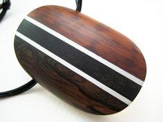 Ce pendentif est une étude dun couple de nos modèles préférés grain de bois. Ziricote sur la gauche et bois damourette, à droite. Le Ziricote,
