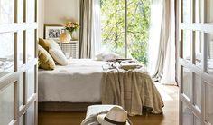 EN EL DORMITORIO  Ropa de cama de Filocolore. Las cortinas son de Tapizados Augusta y la alfombra  se adquirió en Smon.