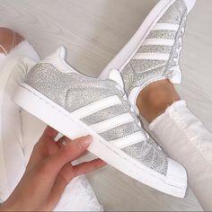 NIE WIEDER SCHUHE BINDEN  mit den LEAZY FLAT LACES - Kein Schnüren, kein Binden und keine langen Schlaufen mehr!  Tipp: Für die Adidas Superstar  empfehlen wir Größe L-XL   www.leazy.de << NEVER TIE YOUR SHOES AGAIN!  ORDER NOW! repost: @amelie.xoxo #fashion #style #adidas #model #ootd #adidassuperstar #fashionaddict #fitnessmodel #fit #fitness #mensfashion #fashionblogger #instafashion #gq #instagood #fitnessmodel #instadaily #fashionstyle #blogger #bea.....