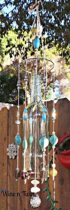 Se trata de un carillón de viento original, uno de tipo. Procedente de una botella de vino reciclada que Tom ha añadido una pulsera de metal en la parte superior que una mezcla de granos, adornos y amuletos colgando para crear a una lovey sonido para cualquier jardín o patio. ¡Gracias por pasar por nuestra tienda! Tom y Diana