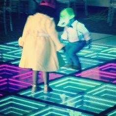 Los niños también disfrutan de nuestro PISO LED.