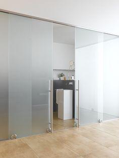 """Szklane ściany dają za mało prywatności? Niekoniecznie! Jeśli zastosujemy do ich budowy mleczne szkło, dadzą one nam o wiele więcej prywatności niż """"tradycyjne"""" ściany. Dlaczego? Ponieważ dodatkowo izolują akustycznie pomieszczenie! :)"""