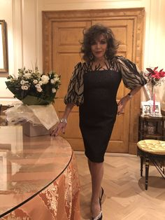December 2018 : Joan Collins getting ready to Party.Her beautiful dress is designed by Joan herself . V Drama, Der Denver Clan, Dame Joan Collins, Glamorous Evening Gowns, Sexy Older Women, Old Hollywood Glamour, Her Style, Beautiful Dresses, Beautiful Women