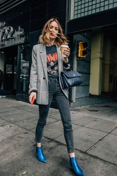 Anine Bing style, cool jeans and blazer street style, blue pointy toe ankle boots, blue shoes, gray skinng jeans and oversize blazer look, vintage band tee and jeans look