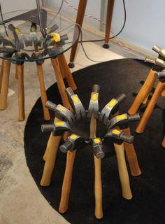 Mesinhas de apoio feitas com martelos. Via Leo Capote para Marco 500, vem ver outras mesinhas de apoio diferentes aqui ó http://remobilia.com/?s=mesa+de+apoio