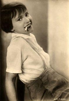Film Noir Photos: The Art of the Dangle: Louise Brooks Louise Brooks, Divas, Kansas, Fritz Lang, Silent Film Stars, Barbara Stanwyck, Myrna Loy, Lost Girl, Roaring Twenties