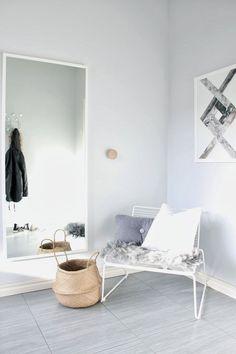 Hvidt spejl, lysegrå væg