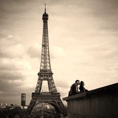 Nothing says Paris like La Tour Eiffel (The Eiffel Tower, to you who can't speak French as sophisticatedly as I . The Kiss, Paris Amor, The Places Youll Go, Places To See, Image Paris, Most Romantic Places, Beautiful Places, Beautiful Things, Paris Love