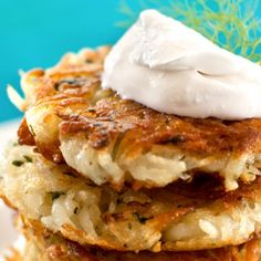 Whether or not you celebrate Hannukah, these potato pancakes warm up winter mornings. Vegan Potato Pancake Recipe, Potato Pancakes, Sweet Potato Latkes, Vegan Sour Cream, How To Cook Potatoes, Delicious Vegan Recipes, Vegan Dinners, Vegan Treats, Vegans