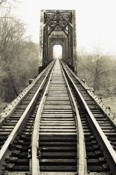 structure of #memoir is two parallel tracks going to the same place (as described by my #editor here: http://writerunboxed.com/2011/01/30/3-layers-of-layering-in-fiction/) #writing