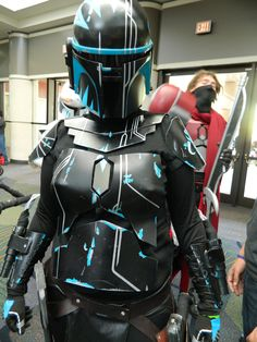 Mandalorian Armor - look at the chest plates! The markings! Mandalorian Cosplay, Cosplay Armor, Clone Wars, Mandolorian Armor, Star Wars Bounty Hunter, Star Wars Costumes, Crazy Costumes, Sci Fi Armor, Boba Fett