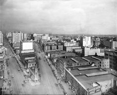 A 1917 downtown view of Spring (left) and Main (right) Streets looking north from 9th Street. (Bizarre Los Angeles)