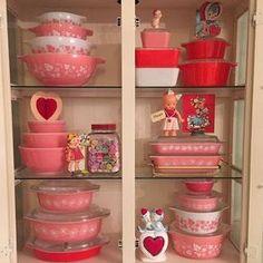 Home Interior Cuadros Valentines Pyrex display! Vintage Kitchenware, Vintage Dishes, Vintage Glassware, Vintage Pyrex, Pyrex Display, Vintage Display, Vintage Decor, Vintage Valentines, Vintage Holiday