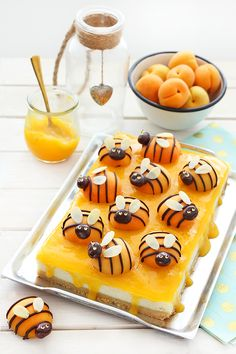 An old-time cheesecake with jelly and apricots (bee-shaped!) ⋆ The cookie fairy Bolo Fresco, Cookie Recipes, Dessert Recipes, Food Art For Kids, Unique Desserts, Snacks Für Party, Food Test, Best Food Ever, Food Decoration