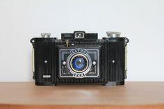 Ultra Fex Appareil photo en bakélite fabriqué entre 1946 et 1966 par la société INDO.  leshappyvintage.fr