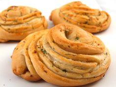 Painici cu usturoi si verdeturi Pastry And Bakery, Onion Rings, Raw Vegan, Apple Pie, Goodies, Cooking Recipes, Ethnic Recipes, Desserts, Romania