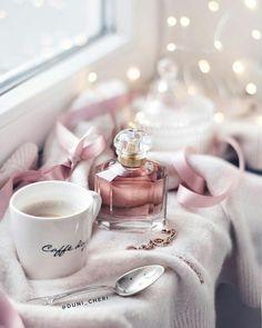 perfume and coffee Coffee Love, Coffee Art, Flatlay Instagram, Morning Sweetheart, Pause Café, Coffee Photography, Morning Photography, Cake Photography, Pink Aesthetic