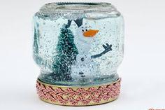 Globo de neve feito com pote de vidro e água