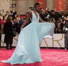 Pin for Later: Diese Oscars-Fotos bringen euch garantiert zum Lachen  Lupita Nyong'o stellte ihr hellblaues Prada-Kleid auf dem roten Teppich zur Schau.