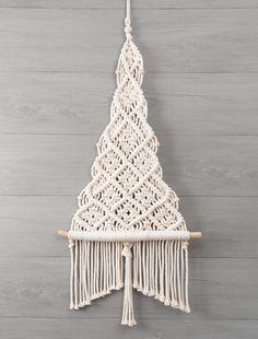 Natural Christmas, Christmas Tree Decorations, Christmas Tree Ornaments, Christmas Diy, Bohemian Crafts, Shiny Brite Ornaments, Macrame Design, Macrame Projects, Xmas Crafts