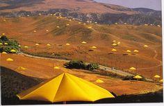 Christo and Jeanne Claude, Umbrellas, 1991 Dans les deux pays, ils évoquent l'occupation de l'espace, optimisé au Japon, plus aéré aux Etats – Unis. Ces parasols fonctionnement comme des haltes, des maisons ouvertes, des campements temporaires, une façon de suggérer le caractère éphémère de l'art.
