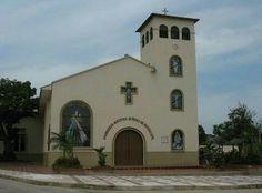 Iglesia de Guadalupe, ubicada en el barrio Modelo de la ciudad de Barranquilla Iglesias, Notre Dame, Mansions, House Styles, Building, Travel, Home Decor, Model, The Neighbourhood