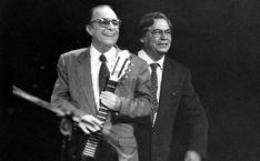 João Gilberto durante show ao lado de Tom Jobim