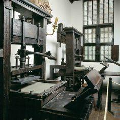 Museo Plantin-Moretus. Museo en Amberes que rinde honor a los impresores Christofel Plantijn y Jan Moretus. Se encuentra en su antigua residencia e imprenta fundada en el  siglo XVI en el Mercado del Viernes. En el siglo XIX uno de sus descendientes la vendió a la ciudad y fue abierto al público. Posee una  colección de material tipográfico