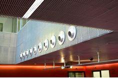Cultureel jongerencentrum Dynamo. Projectkenmerken. Vandaalbestendig interieur van roosterpanelen, horizontaal en verticaal toegepast, geïntegreerde functies zoals licht, lucht, sprinklers en videobewaking.