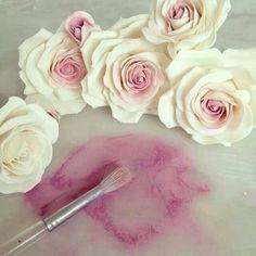 Ideas cupcakes flower fondant rose tutorial for 2019 Sugar Paste Flowers, Icing Flowers, Fondant Flowers, Clay Flowers, Paper Flowers, Fondant Cupcakes, Fondant Bow, Fondant Figures, Fondant Rose Tutorial