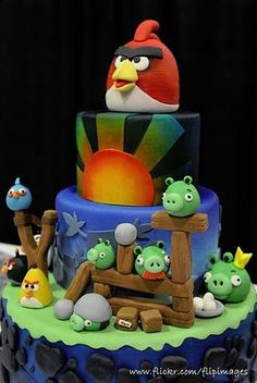 Angry Birds! - Jesus. . .as much as I hate this game b/c my husband plays it nonstop, I want this cake for him. . . I might push his face in it, but i want it for him