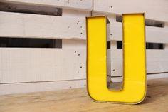 40,00 € Letra U mayúscula con frontal de metacrilato amarillo montada en aluminio.