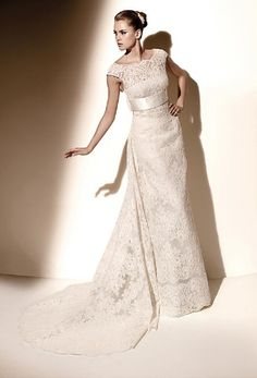 It's not like me to get all gushy over a wedding dress, but this one is exceptionally spectacular!
