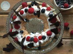 Pavlova met fruit en chocolade. Een spetterend toetje voor een uitgebreid diner. Niet moeilijk te maken als je de stappen secuur volgt.