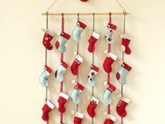 une-jolie-composition-de-chaussettes-dans-les-couleurs-de-noel-calendrier-de-l-avent-a-fabriquer-idee-mignonne