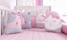 O Kit Berço Amiguinhas traz os bichinhos no lugar dos protetores laterais para garantir o conforto e a fofura no quarto da sua bebê. A ovelha, gata, cachorrinha e coelha se juntam pelos laços em suas laterais para formar os protetores do kit berço e deixar esse novo conceito de decoração de quarto de bebê ainda mais especial! Cute Pillows, Diy Pillows, Throw Pillows, Baby Equipment, Baby Bedding Sets, Fabric Toys, Craft Sale, Baby Cribs, Baby Sewing