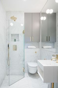 The layout of a small bathroom requires great ideas. Looking for small bathroom inspiration for you tiny house?Discover below examples to help you build a cozy small bathroom. The bathroom … Tiny Bathrooms, Tiny House Bathroom, Bathroom Design Small, Bathroom Interior Design, Modern Bathroom, Attic Bathroom, Bathroom Designs, Brass Bathroom, Minimalist Bathroom