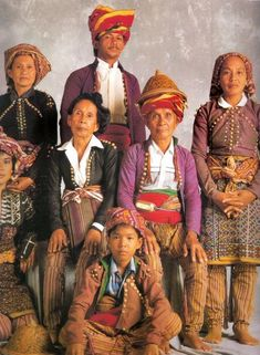 Book: Sinaunang Habi - Philippine Ancestral Weave by Marian Pastor-Roces Filipino Art, Filipino Culture, Hobo Symbols, Vietnam, Philippine Women, Philippines Culture, Culture Clothing, Textile Patterns, Old Photos