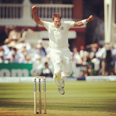 Two wickets in five balls for Ryan Harris! Welcome back to #Test #Cricket Rhino! #Ashes #ReturntheUrn