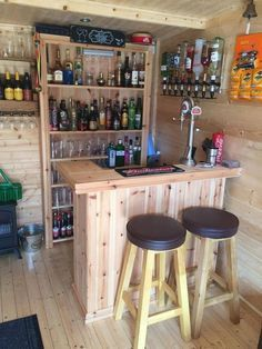 Diy Bar, Diy Home Bar, Home Bar Decor, Patio Bar, Backyard Bar, Pallet Bar, Pallet Ideas, Diy Pallet, Pallet Benches