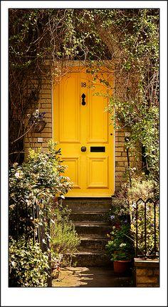 Una puerta amarilla, tantas posibilidades.  Hampstead front door   Flickr - Photo Sharing!